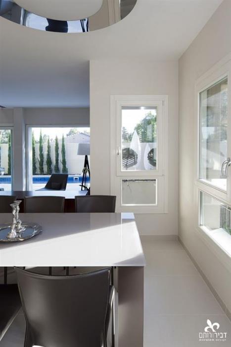 חלון לבן מעץ מלא - חלונות מרווין ישראל
