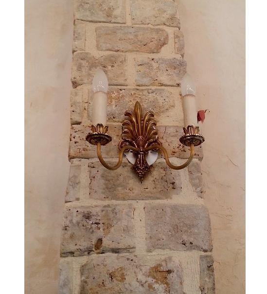 מנורה עתיקה צמודת קיר - הבית בעולש