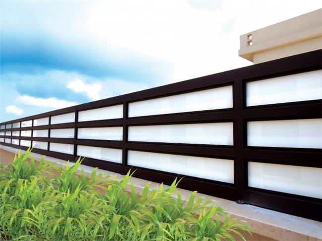גדר שחורה עם זכוכית - טרלידור