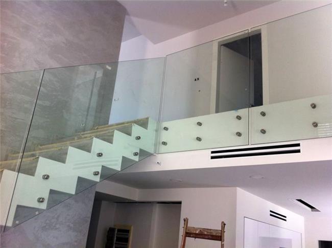 מעקות זכוכית למדרגות הבית - טרלידור