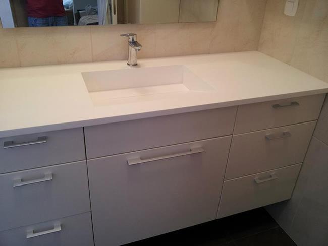 ארון אמבטיה עם משטח מקוריאן - ליאוני - משטחי קוריאן