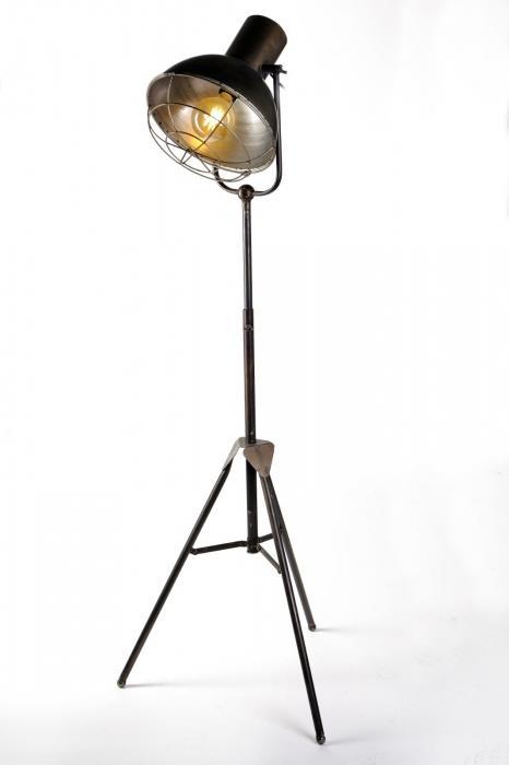 מנורה עומדת - אופק תאורה חוץ ופנים