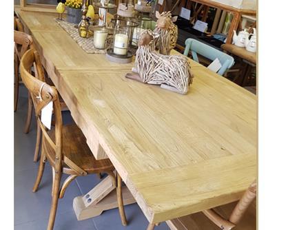 שולחן אוכל נפתח מעצים ממוחזרים - ליד הצריף