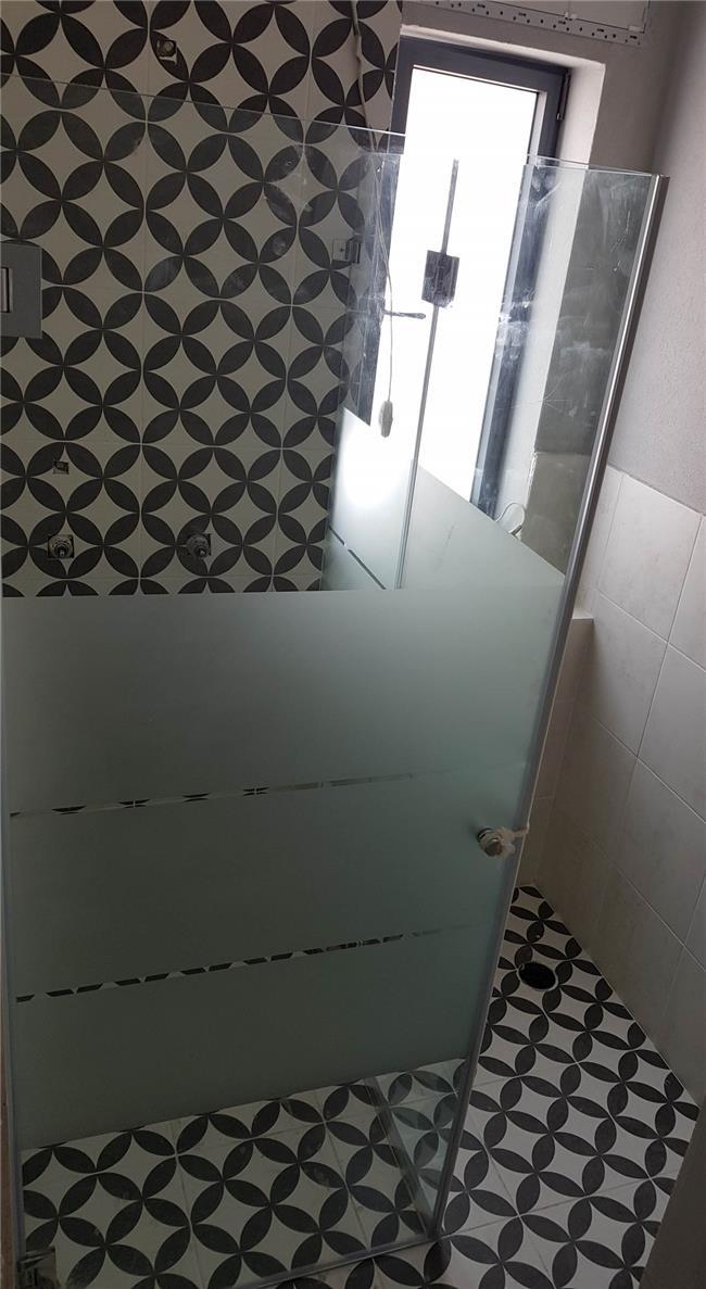 מקלחון פינתי פסים - קליר תעשיות זכוכית