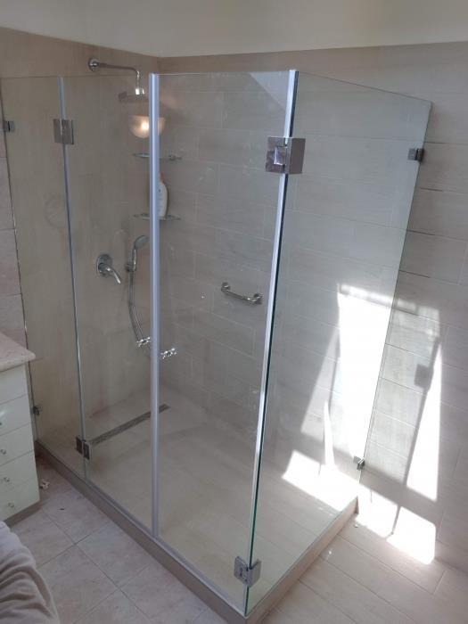 מקלחון זכוכית אלגנטי - קליר תעשיות זכוכית