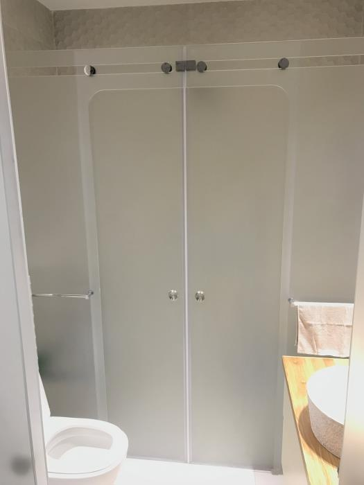 מקלחון חזית מסוגנן - קליר תעשיות זכוכית
