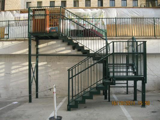 """מדרגות מתכת חיצוניות - מסגרית הדודים בע""""מ"""