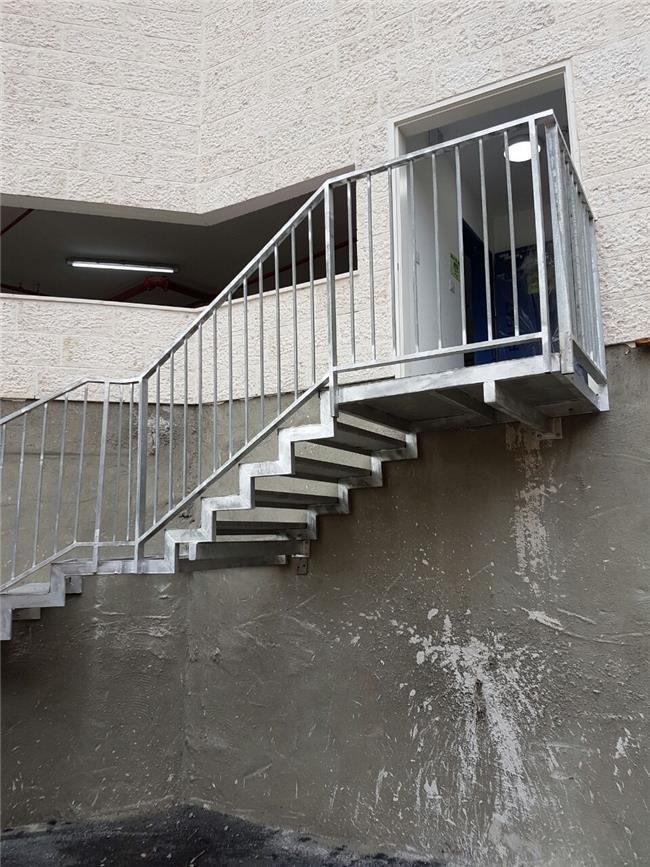 """מדרגות מתכת איכותיות - מסגרית הדודים בע""""מ"""