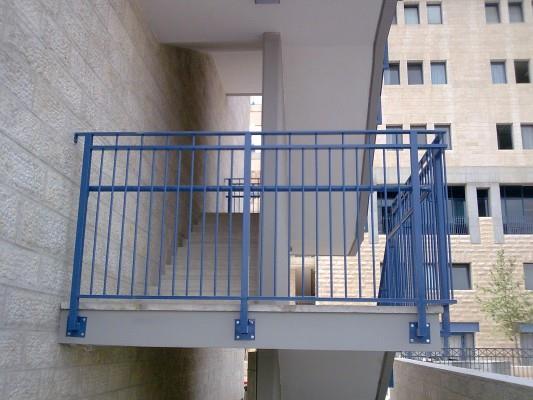 """מעקה מדרגות כחול - מסגרית הדודים בע""""מ"""