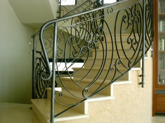"""מעקה מדרגות מעוטר - מסגרית הדודים בע""""מ"""