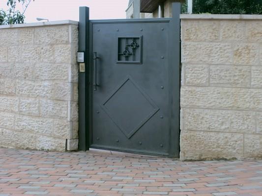 """דלת כניסה בעיצוב מרשים  - מסגרית הדודים בע""""מ"""