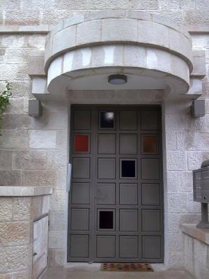 """דלת כניסה בעיצוב צבעוני - מסגרית הדודים בע""""מ"""