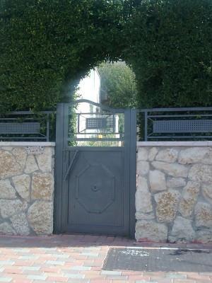 """דלתות כניסה איכותיים - מסגרית הדודים בע""""מ"""