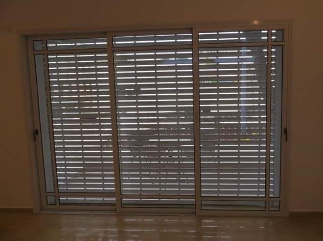חלון דגם בלגי עם גלילה חשמלית  -  אלומיניום עבודות AZ
