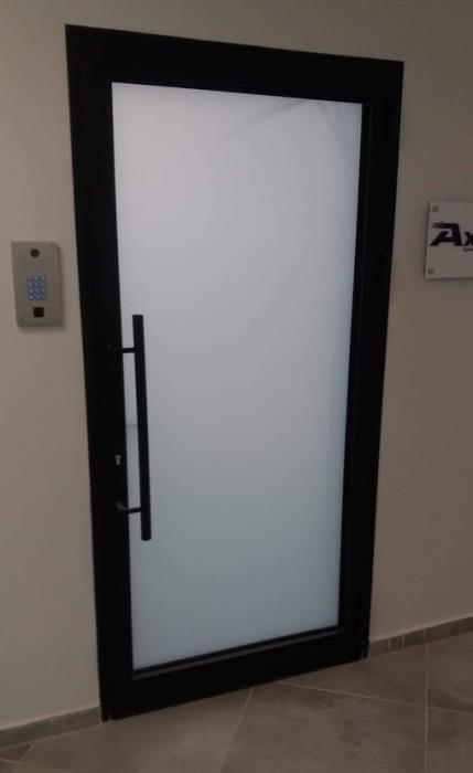 דלת זכוכית חלבית -  אלומיניום עבודות AZ
