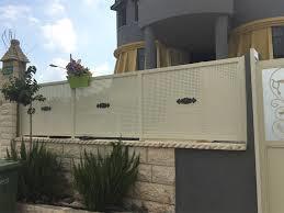 גדר לבנה מעוצבת - עולם הגידור - תכנון ויצור גדרות