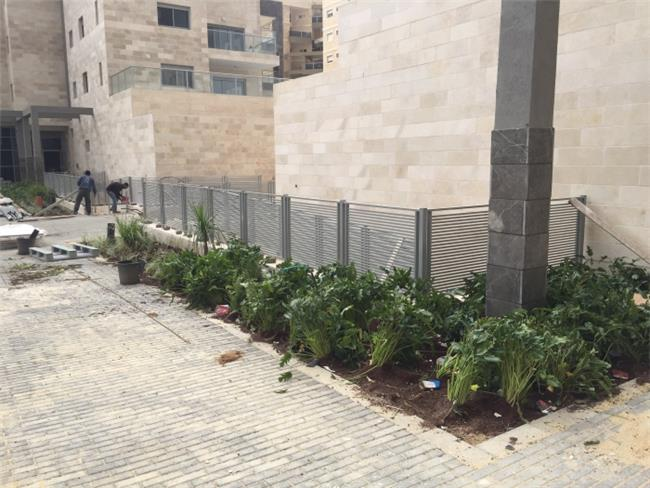גדר אפורה מעוצבת - עולם הגידור - תכנון ויצור גדרות