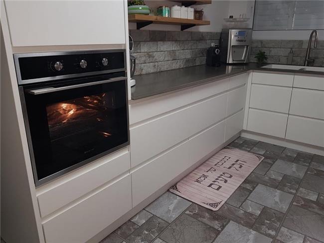 מטבח מודרני עם ידיות - העיצובים של קורין