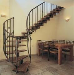 מדרגות מעץ בתוספת מעקות מעוטרים - קו נבון