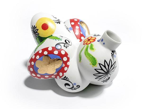 אגרטל פורצלן שצורתו מבוססת על ביצים קשות שנדחסו לתוך קונדום<br/>(צילום: יח