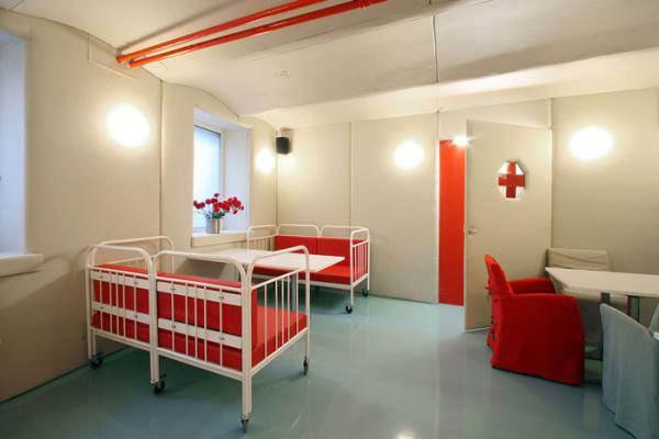 השולחנות נראים כמו שולחנות ניתוח, הכיסאות והספסלים <br/>מעוצבים כמיטות בבית חולים או כיסאות טיפול<br/>(צילום: האתר הרשמי)