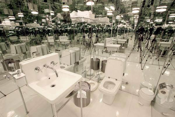 קירות תא השירותים והתקרה מצופים מראות, שמשקפות אינסוף תאי שירותים זהים<br/>(צילום: האתר הרשמי)