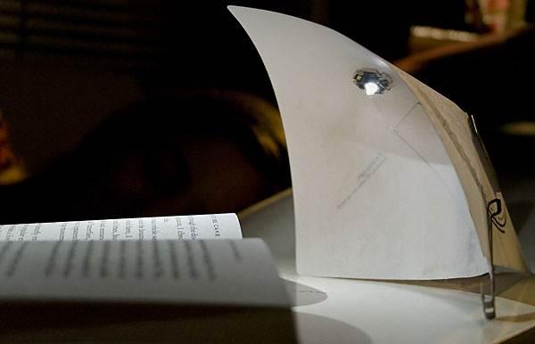 גוף תאורה המבוסס על משטח נייר עם מעגל חשמלי, נעמה הופמן (צילום: נדב הקסלמן)
