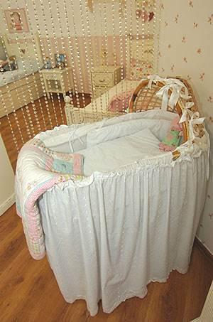 חשוב שגם במיטה וגם בעריסת התינוק תהיה משענת גבוהה שתהווה תמיכה לראש (צילום: איתי סיקולסקי) <br/>