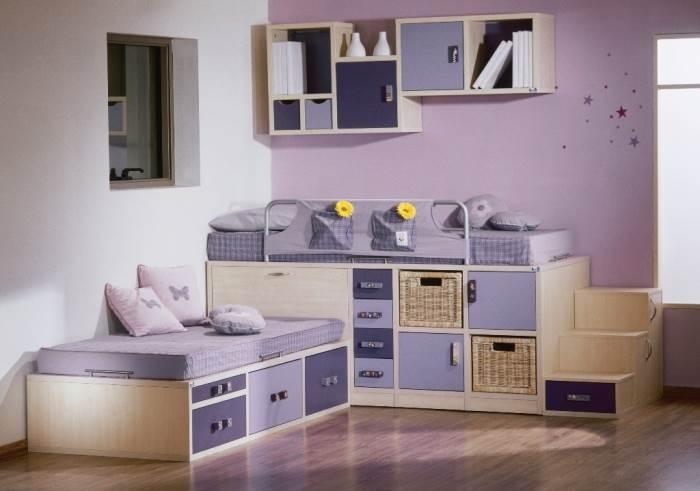 רצוי לארגן 2 מיטות בצורת ר ליצירת מרחב בחדר,