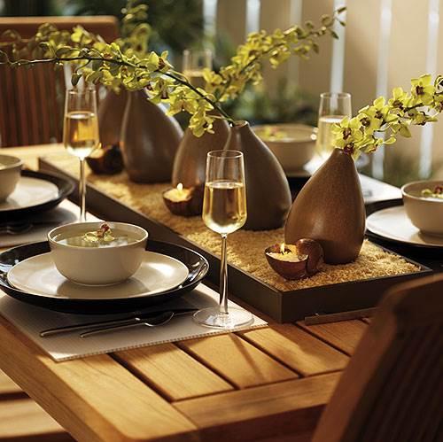 שולחן חגיגי המכיל את יסודות היקום: אדמה, עץ, מתכת, מים ואש (צילום: אילוסטרציה)