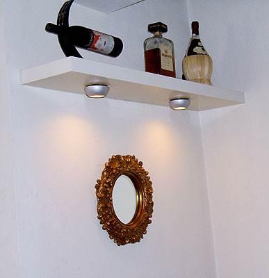 מדף יד שנייה, מתקן לבקבוק יין ממכירת חצר ומראה משוק הפשפשים בדירתם של מורן ואבירם (צילום: יובל כהן) <br/>