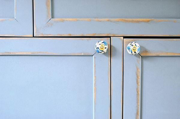 דלתות של שידה פשוטה מפורניר, מחודשת וצבועה לפי בחירת הלקוח,