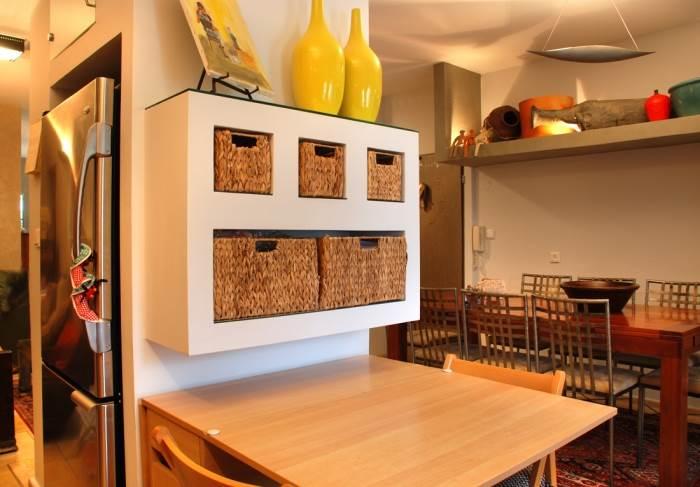במטבח נישות שהותאמו במיוחד לסלסלות האחסון ולמקרר (צילום: לירז פאנק)