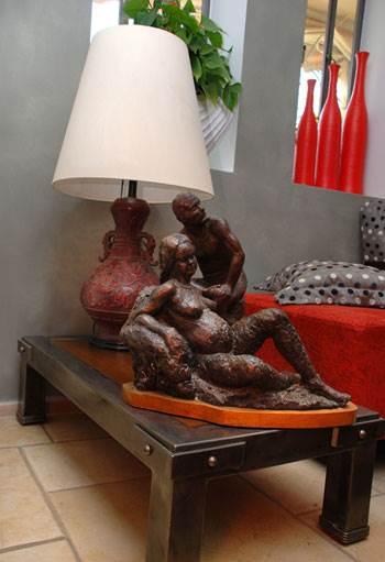 שולחן של המעצב שי אלוני ועליו פסלים שסותתו על ידי אמו של עופר (צילום: לירז פאנק)