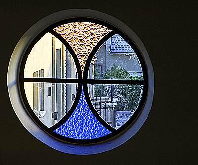 חלון נוסטלגי בחלל כפול להחדרת אור וגוונים, (צילום: שי אפשטיין)