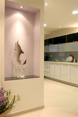 הדירה מתחשבת בראש ובראשונה באוסף אדיר של בעלי הבית מהמזרח ומהפיליפינים, (צילום: ירון עטיה)