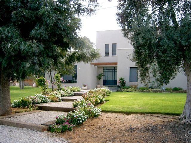 שימור משאבים טבעיים כגון עצים הנותנים צל או מסלעות טבעיות, יוסיפו לנראות הטבעית של הבית, בית בתכנון אדריכלית <a href=http://www.adira.co.il/pro/Expert.php?C=ארזה%20בן%20אור,%20אדריכלות%20ביו%20קלימטית&ExpID=372&StyleID=&SpaceID=&Page=&from=2>ארזה בן אור</a>