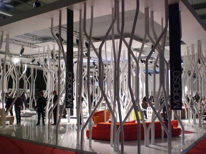 חברת מורוזו בביתן דמוי יער פלסטי לבן שעוצב בידי האפרו אמריקאי סטפן בורקס, (צילום: יאיר ורון)