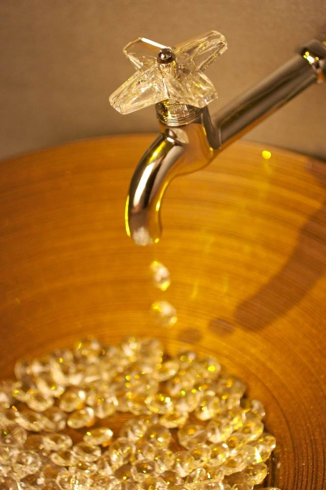 ידיות ברז עשויות קריסטל כתמתם של סברובסקי, שמשלבות את הצבע גם בחדר האמבטיה,
