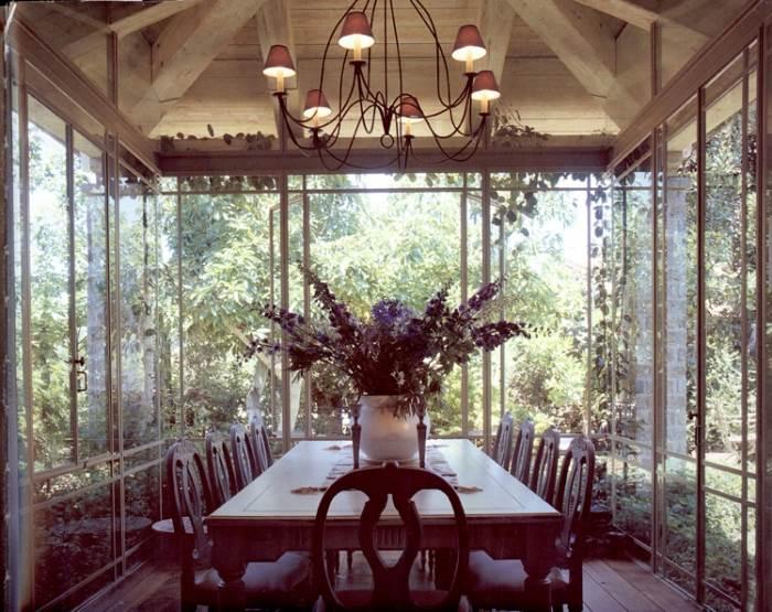 הגינה עוטפת את פינת האוכל ונשקפת אליה מבעד החלונות, (צילום: שי אדם, מתוך ספרה של אורלי רובינזון