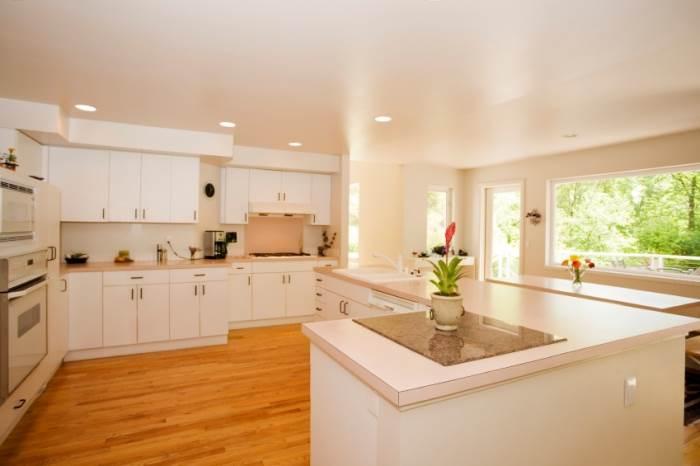 ארונות פורמייקה ישנים במטבח, ניתן לצבוע בקלות בעזרת צבעי שמן כמו פוליאור או אקווניר, (צילום: אילוסטרציה)