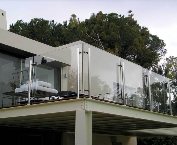 יש להקפיד על מעקה לפי תקן גם בתוך הבית וגם במעקה יציאה למרפסת, (צילום: יח