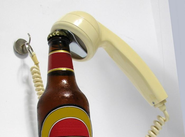 פותחן-פון – הוא למעשה פותחן לבקבוקים העשוי משפופרת טלפון חוגה של פעם, (צילום: יח