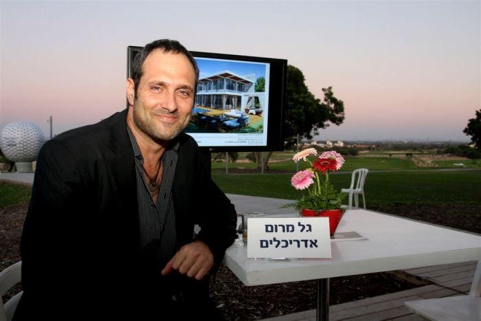 אדריכל גל מרום בסמוך לביתן שלו באירוע, (צילום: עופר עמרם)