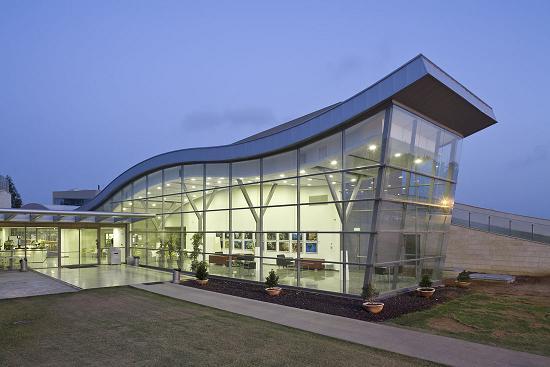 פתחה משרד אדריכלים בשותפות עם בעלה, האדריכל דוד קנפו. ספריה ויד לבנים, רופין, בתכנון משרד