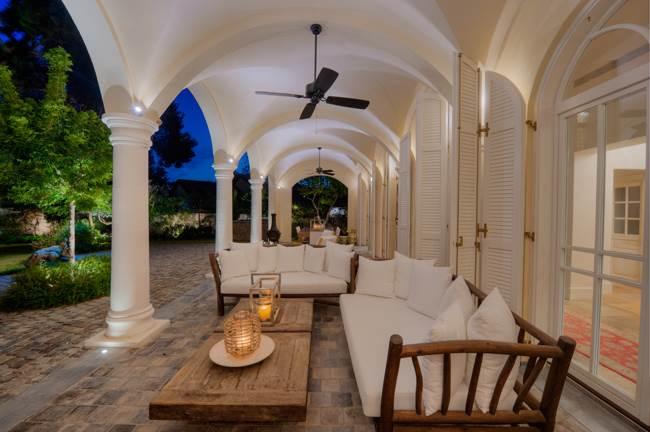 הקמרונות היוו את הבסיס לתכנון האדריכלי, סביבם נבנית החוויה בבית. מבט למרפסת הצופה לגינה (צילום: נעם ארמון)
