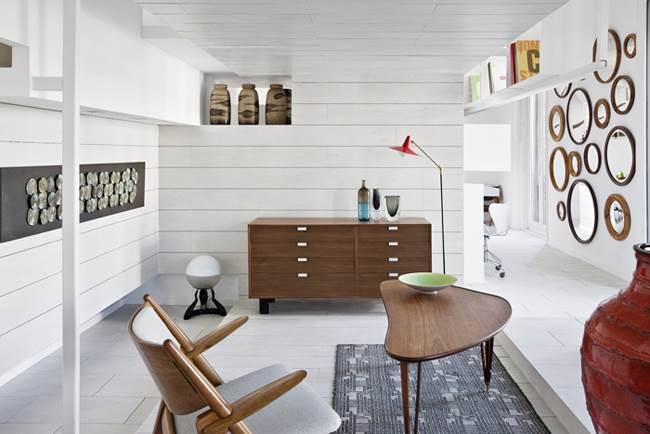 חיפוי קירות בקרמיקה כבר לא שמור רק לחלל האמבטיה. סלון מעוצב עם קירות ותקרה המעוטרים בקרמיקה (צילום:יח