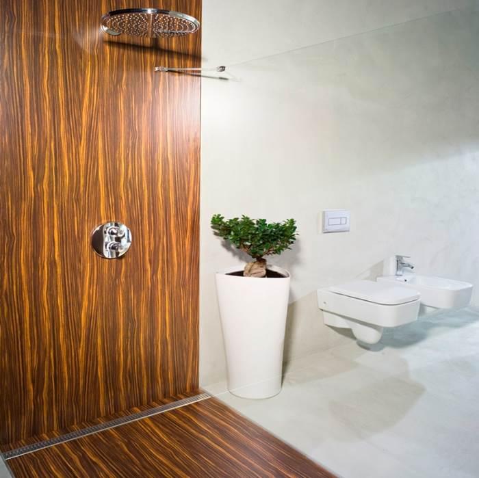 רצף אחיד בין פתח הניקוז לאריחי המקלחת. ה-ShowerLine של פלסאון (צילום: יח