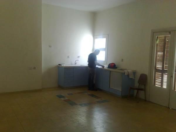 מקומות אחסון דלים ומשטח עבודה מצומצם מאוד. המטבח לפני השיפוץ