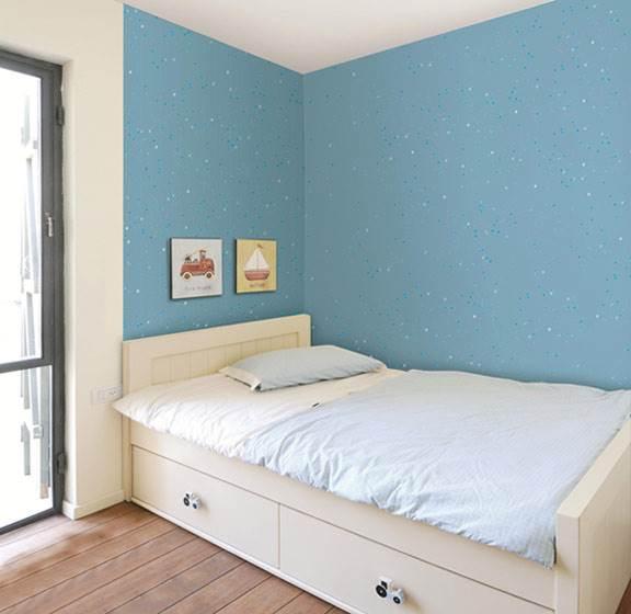 יישום קל וידידותי. אפקט הצבע לקירות מן הקולקציה החדשה בדוגמת כוכבים כחולים (צילום: יח